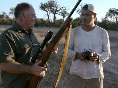 Frank Cuesta (derecha), con uno de los cazadores en 'Wild Frank: Cazadores'.