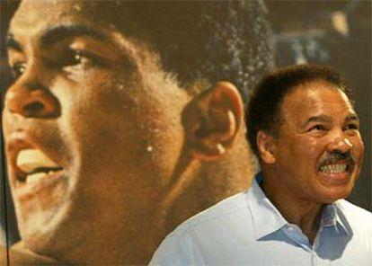 El legendario boxeador Muhammad Ali-Cassius Clay, aquejado de Parkinson, en un acto de homenaje en 2003.