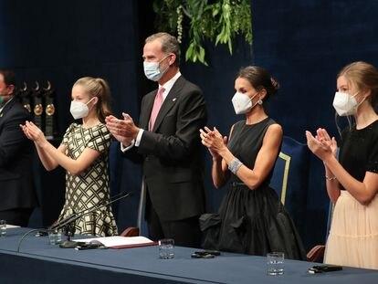 Desde la izquierda, la princesa Leonor, el rey Felipe, la reina Letizia y la infanta Sofía, en la ceremonia de entrega de los Premios Princesa de Asturias, este viernes en Oviedo.