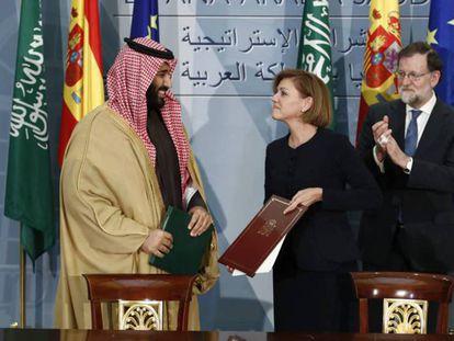 La entonces ministra de Defensa, María Dolores de Cospedal, junto a Rajoy y al príncipe Bin Salman en abril pasado en Madrid.