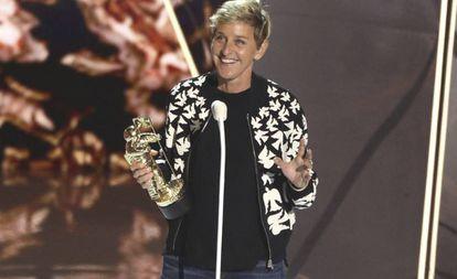 Ellen DeGeneres recibe un premio en los MTV Video Music Awards, en 2017.