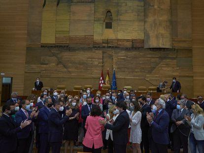 Los diputados del PP aplauden a Isabel Díaz Ayuso en la Asamblea tras su investidura, este viernes.