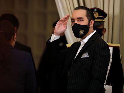 Bukele saluda el 6 de junio después de una conferencia de prensa en San Salvador.