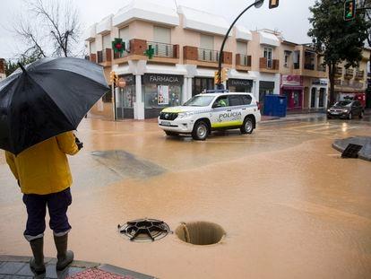 Una de las calles inundadas esta mañana en el barrio de Campanillas (Málaga).