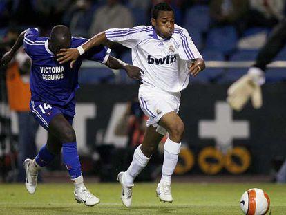 Robinho supera a un defensor de Os Belenenses.
