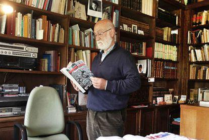 O historiador Ricardo Gurriarán, o pasado martes na súa casa de Santiago.