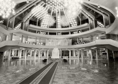 La pirámide, tal y como se inauguró, con la estatua de Hoxha en mármol presidiendo la gran sala.