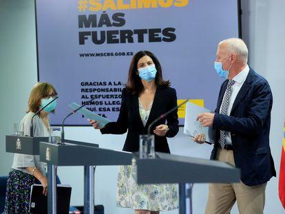 La directora del Instituto de Salud, Raquel Yotti (en el centro), junto al secretario general del Ministerio de Sanidad, Faustino Blanco. y la directora del Centro Nacional de Epidemiología, Marina Pollán, este lunes durante una rueda de prensa en La Moncloa.