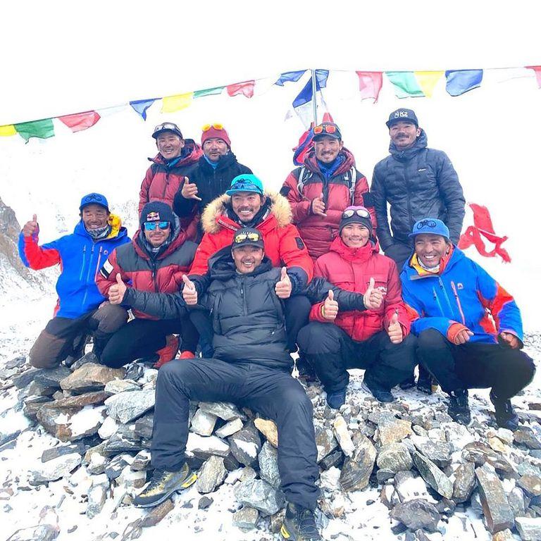 Los 10 alpinistas nepalíes que ascendieron el pasado sábado el K2, fotografiados de regreso al campo base. Nirmal Purja es el segundo por la izquierda, de cuclillas y con las gafas de sol puestas.