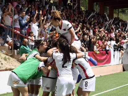 Las jugadoras del Club Deportivo Tacón celebran el ascenso a Primera.