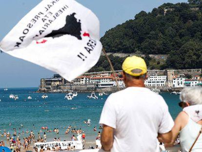 Concentración de familiares de presos de ETA celebrada en las playas de San Sebastián el pasado 5 de agosto.