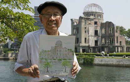 Hiroshi Hara, superviviente de la bomba atómica, muestra una de sus pinturas de la cúpula de Hiroshima que resistió a la onda expansiva.