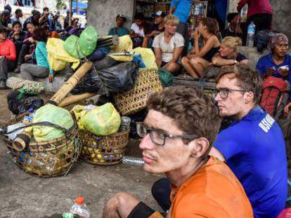 Las personas que quedaron aisladas en el volcán Rianjani, en Lombok, han comenzado a llegar a salvo al pie de la montaña, según las autoridades indonesias