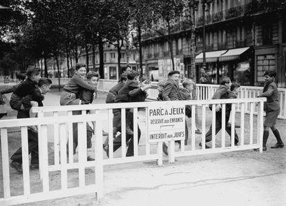 Un parque infantil parisino prohibido para niños judíos en noviembre de 1942.