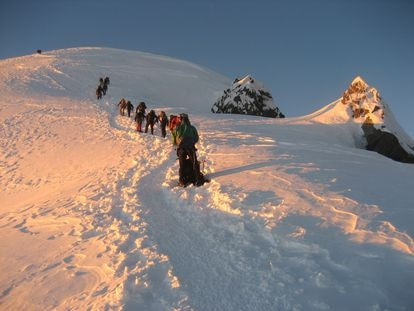 Un grupo de alpinistas, en la ascensión al Mont Blanc.