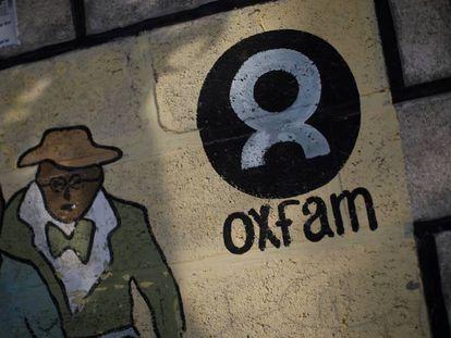 Logo de Oxfam en una pared de Puerto Príncipe, Haití.