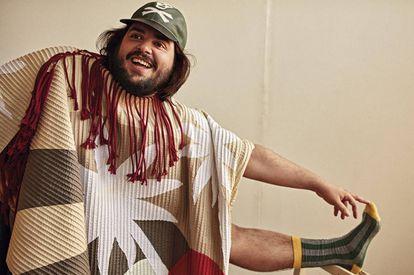 Brays Efe, fotografiado para ICON, posa con túnica Craig Green, gorra Loewe y calcetines de rayas El Ganso.