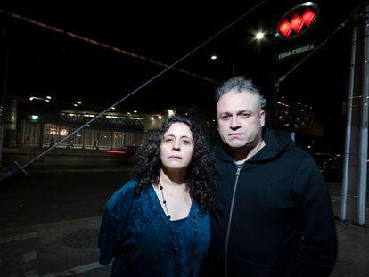 Carolina Adriazola y José Luis Sepúlveda, afuera de la estación Elisa Correa, del metro de Santiago, donde el 18 de octubre de 2019 un grupo de jóvenes comenzó las protestas por el aumento en los pasajes.