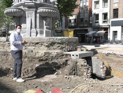 Maxime Degey, concejal de Obras de Verviers, junto a la fuente en la que fue hallado el corazón del antiguo alcalde de la ciudad, Pierre David.