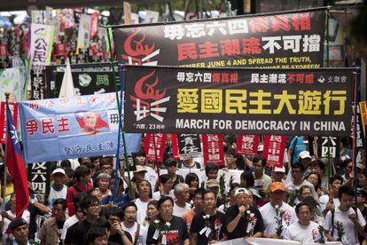 Chinos participan en una marcha con motivo de la próxima conmemoración del 23 aniversario de la Masacre de Tiananmen, hoy en Hong Kong.