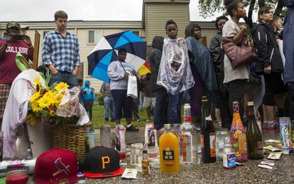 Varias personas en una vigilia frente al lugar en el que murió Brown hace una semana.