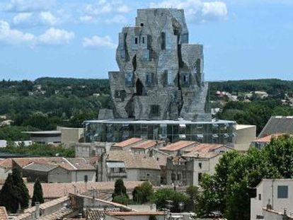 La torre plateada de Frank Gehry, sede principal de la Fundación Luma, inaugurada a finales de junio en el antiguo Parc des Ateliers de Arlés (Francia).