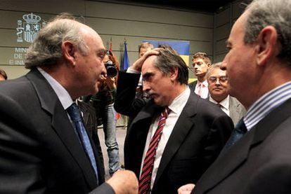 José María Lacasa, a la izquierda, habla con Valeriano Gómez tras la investidura de éste como ministro de Trabajo.