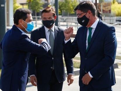 El presidente de la Junta, Juan Manuel Moreno, saluda al vicepresidente de la Junta, Juan Marín, en presencia del alcalde de Granada, Luis Salvador, este viernes.