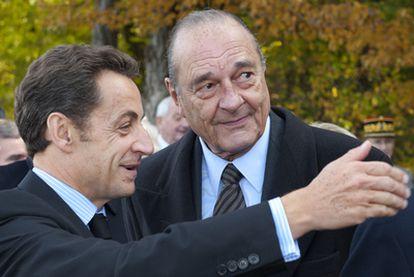 Nicolas Sarkozy y su antecesor en la presidencia Jacques Chirac, en octubre de 2008.