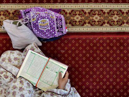 Una mujer indonesia musulmana lee el Corán en la mezquita Al Makmur, en Banda Aceh, el pasado 7 de mayo.