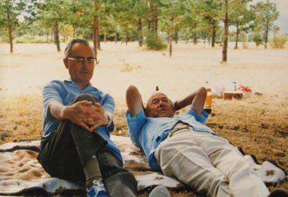 El sacerdote Leopoldo Villar y Graham Greene en un descanso durante su viaje por España.