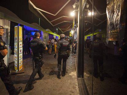 En foto, agentes de los Mossos y la Guardia Urbana patrullan en el puerto olímpico de Barcelona, el pasado 31 de julio. En vídeo, el intendente Ignasi Teixidó sobre el aumento de la violencia en Barcelona.