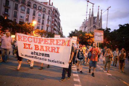 Los vecinos de la Sagrada Familia marchan contra el turismo masivo.