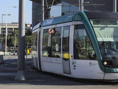 El tranvía de Barcelona, en la plaza de les Glòries.