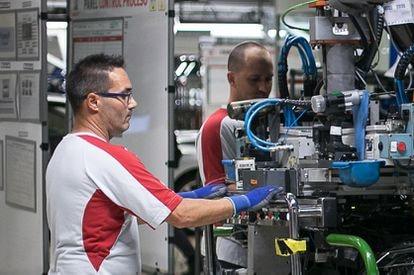 Cadena de montaje de los frontales del modelo Seat León en la planta de Martorell (Barcelona).