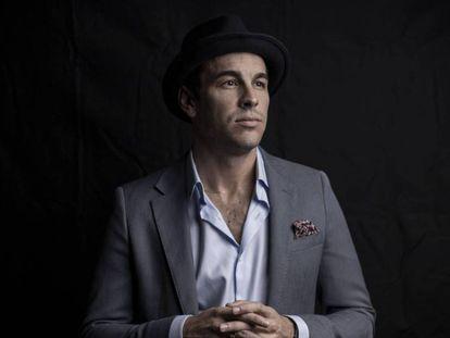 Mario Casas posa en exclusiva para ICON en la sala de cine de las oficinas de Sony, en Madrid. En vídeo, tráiler de 'Adiós'.