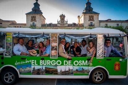La asociación El Hueco ha fletado un mini autobús eléctrico por la repoblación con el lema Conoce El Burgo de Osma, dentro del programa Presura contra el abandono rural.