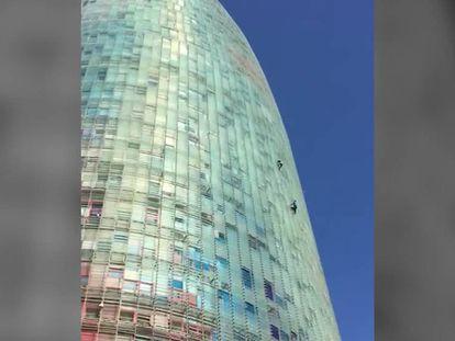 Los dos escaladores, en la Torre Glòries de Barcelona el pasado sábado.