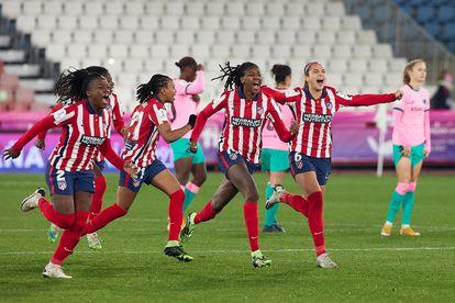 Las jugadoras del Atlético de Madrid celebran su victoria ante el Barcelona en la semifinal de la Supercopa femenina disputada este miércoles en el estadio de los Juegos Mediterráneos de Almería.