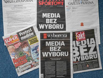 """Algunas primeras páginas de periódicos polacos en las que se lee """"Medios sin elección"""", este miércoles en Varsovia."""