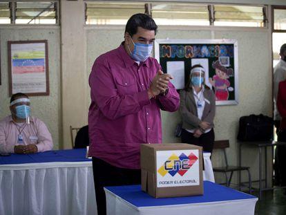 El presidente venezolano, Nicolás Maduro, este domingo en un centro electoral de Caracas.