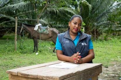 Carmen Valencia Madrigal cada miércoles y jueves recorre 70 kilómetros de ida y otros 70 de vuelta para atender a ocho y nueve estudiantes en sus casas en una de las zonas rurales de la región ecuatoriana de Esmeraldas.