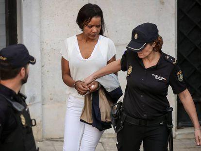 Ana Julia Quezada sale de los juzgados tras el primer día de juicio.