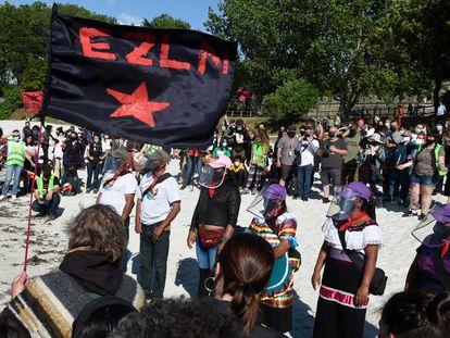 Miembros de la delegación zapatista en la playa de Carril, durante la bienvenida del Escuadrón 421 este martes