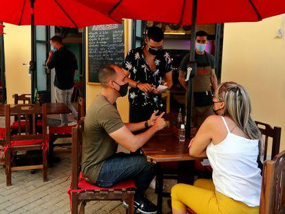 Una pareja es atendida en un restaurante, el pasado septiembre, en La Habana (Cuba).