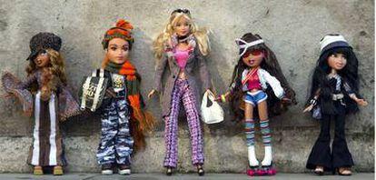 Una muñeca Barbie rodeada de sus competidores, las Bratz.