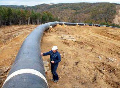 Un operario revisa, en la isla de Sajalín, uno de los oleoductos que transporta el crudo ruso.