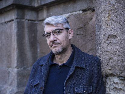El escritor Emiliano Monge posa para una fotografía en Ciudad de México, en noviembre de 2018.