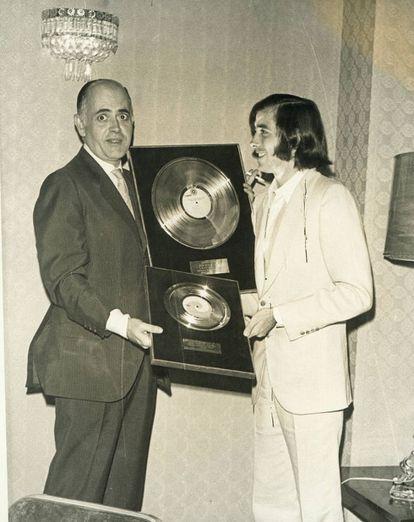 Lasso de la Vega (izquierda) y su representado, Joan Manuel Serrat, recibiendo un disco de oro en México en 1969.