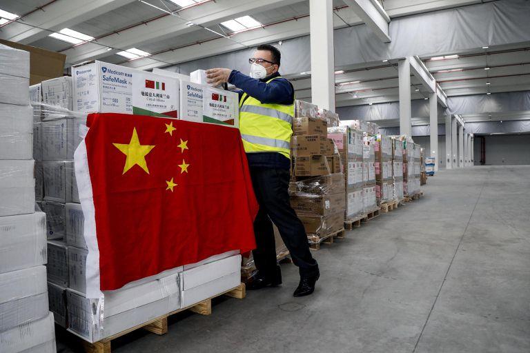 Material médico chino entregado a Italia, este viernes en Rho (Lombardía).